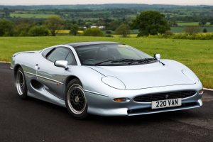 What is it like to drive the infamous XJ220 ?